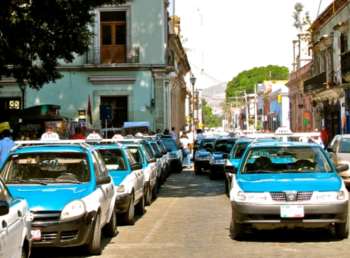 Taxis double-parked on Indenpendencia