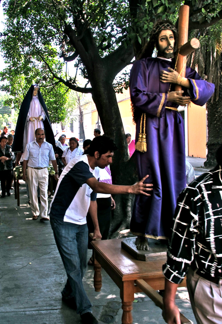 Station of the cross on the sidewalk with Jesus and Nuestra Señora de la Soledad.