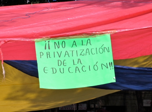 Green banner with text reading:  ¡No a la privatización de la educación!