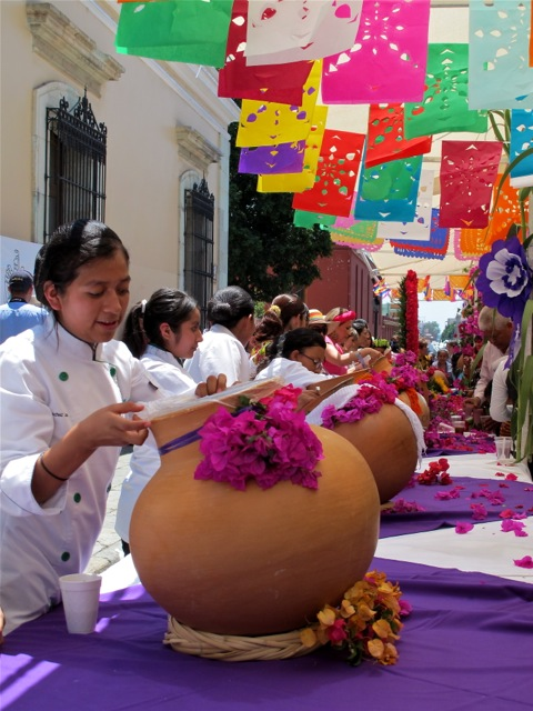 Women serving aguas from clay pots