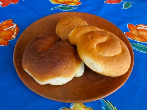 3 buns on a plate