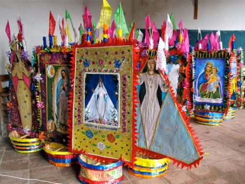 Canastas with images of the Virgen Mary lined up.