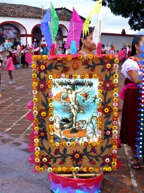 Flor inmortal surround a crucifixion scene on a canasta.
