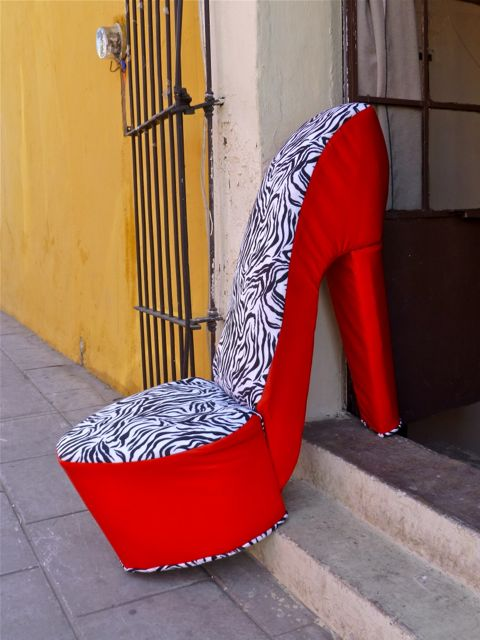Cushioned chair in the shape of a high heeled shoe