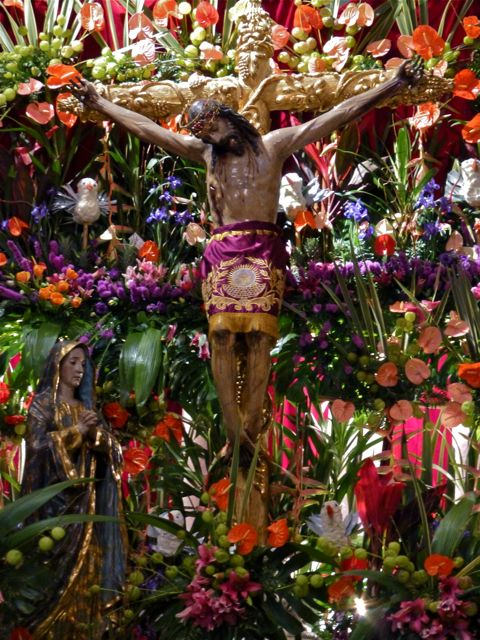 Señor del Rayo crucifix surrounded by lilies.