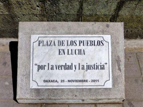 """Plaque """"Plaza de los pueblos en lucha."""" """"por la verdad y la justicia"""" Oaxaca, 25 - noviembre - 2011"""