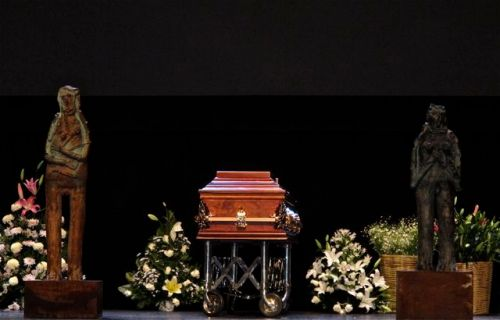 Casket of Alejandro Santiago on the stage of Teatro Macedonio Alcalá
