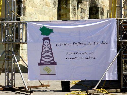 """Banner, """"Frente en defensa del petroleo.  Por el derecho a la consulta ciudadana."""""""