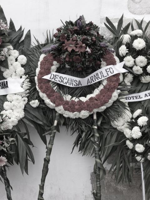 "Floral wreath with ribbon reading, ""Descansa Arnulfo"""