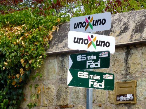 Street signs: uno x uno; es más fácil.