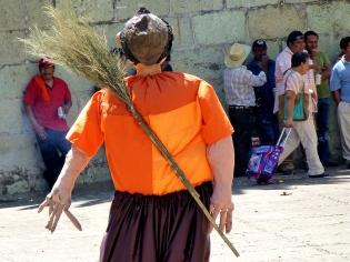 Mono on the Plaza de la Danza - Día del Barrendero