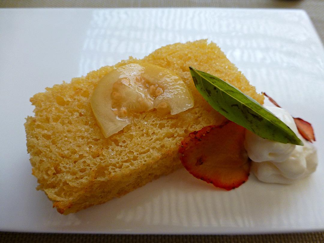 Espuma de requesón con bizcocho de pan brioche (Foam of ricotta with a cake of brioche)