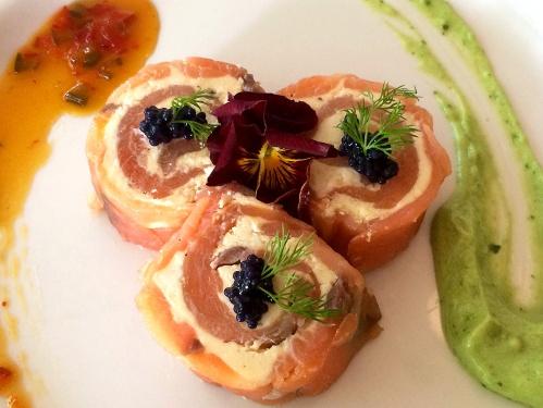 Rollitos de salmón al eneldo (Salmon rolls with dill cream cheese)