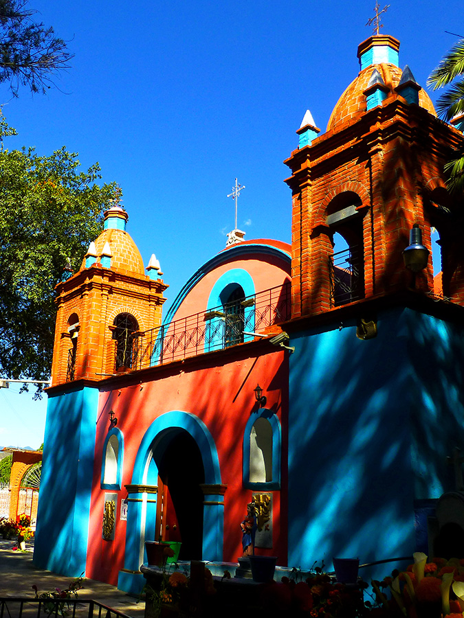 Under the shade of the daughters of the tule tree, the chapel in the panteón.